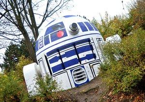 Na Folimance přistál robot ze Star Wars. R2D2 je počinem neznámého umělce, Praha 2 v tom prsty nemá.
