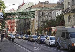 Ulice Seifertova, kde se obchody udrží jen těžko. Podobná situace je také v Koněvově.