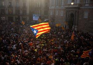 Katalánci slaví jednostrané vyhlášení nezávislosti, španělský senát ale v reakci schválil omezení katalánské autonomie