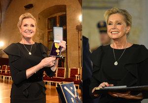 Helena Vondráčková si na předávání vyznamenání oblékla šaty zdobené pravými diamanty.
