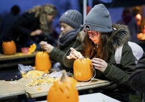 Halloween - děti při dlabání dýní