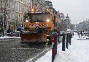 V úterý brzy ráno vyráželi do ulic Prahy silničáři kvůli sněhu (ilustrační foto).