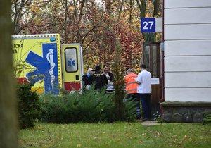 Drama v Kobylisích: Muž se v bytě zabarikádoval před exekutory, skončil v poutech