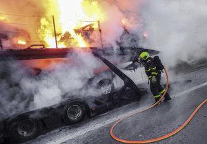 Na D10 v noci hořel náklaďák s osobními auty. Požár komplikuje ranní dopravu. (Ilustrační foto)