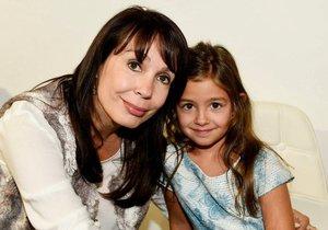 Nela Boudová s holčičkou, kterou má v pěstounské péči.