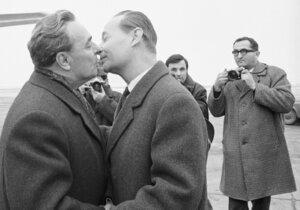 ONLINE 50 let od invaze: Brežněvův polibek smrti a Zemanovo mlčení