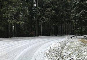 Sníh napadl na silnicích i na Šumavě.