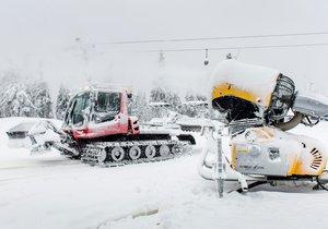 V lyžařském středisku SkiResort Černá hora - Pec probíhaly přípravy na zahájení lyžařské sezony.