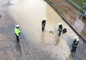 Potopa na Barrandově: Prasklo zde vodovodní potrubí.