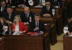 Ustavující schůze Sněmovny: Poslanci seděli podle abecedy, Babiš usedl vedle komunistky Aulické.