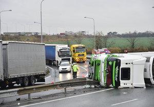 Odklízení nehody na Novopacké může trvat i několik hodin.