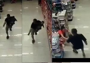 Přestřelka v lékárně: Táta se synem v náručí zabil dva lupiče