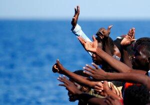 Migranti, kteří připluli na italské pobřeží.