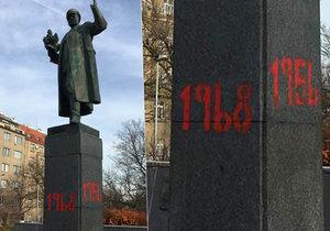 Na podstavec sochy maršála Koněva v Praze 6 někdo rudou barvou nasprejoval letopočty 1956, 1961, 1968 a 2017.