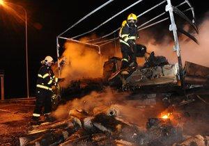 Na dálnici D0 shořela dodávka, na místě zasahovali hasiči.