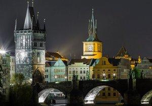 Juditina věž Karlova mostu se musí opravit, památkáři kritizují navrhovaný postup.