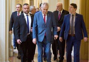 Prezident Miloš Zeman s početným doprovodem kráčí chodbou Krajského úřadu v Brně ke kanceláři hejtmana.