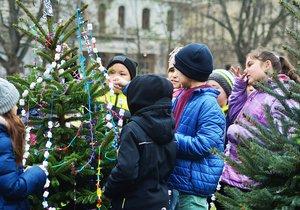 Děti zdobily vánoční stromečky na náměstí Míru.
