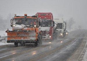Silničáři mají plné ruce práce s úpravou silnic a nabádají řidiče k velké opatrnosti.