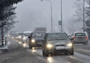 Hlavně horské silnice jsou pokryté sněhem.
