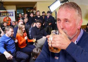 S Mirkem Topolánkem na pivu: Štamgasti v Ostravě expremiéra nešetřili.