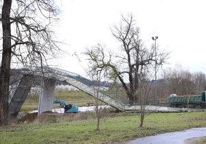 V pražské Troji začala likvidace zřícené lávky.