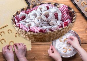 Vanilkové rohlíčk jsou vánončí klasikou, která nesmí chybět. Jejich přípravou vás provedeme krok po kroku.