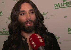 Vousatá zpěvačka Conchita Wurst v Praze a bez kalhotek!