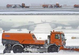 Na letišti ve Frankfurtu bojují s přívalem sněhu.