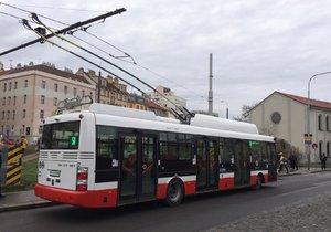 Elektrobus čerpá potřebnou energii pro svou nadcházející jízdu.