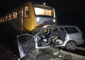 Mezi Kladnem a Kralupy se srazil vlak s autem: Nehoda zastavila provoz na trati