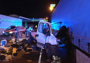 Dodávka nabourala na benzínce z boku do kamionu.