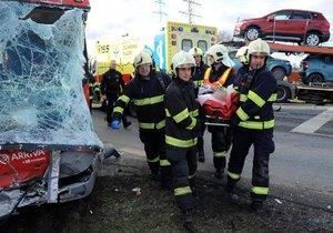 Autobus se na jihu Prahy srazil s náklaďákem. Záchranáři ošetřili devět zraněných.
