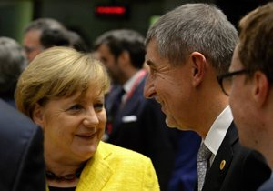 Německá kancléřka Angela Merkelová při hovoru s českým premiérem Andrejem Babišem při jednání Evropské rady v Bruselu