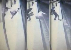 Žena skopla dívku (†25) pod přijíždějící metro