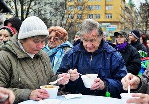 Na polévku zdarma se stály dlouhé fronty. Pražané si přinesli i ešusy