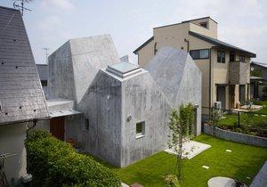 Rodinný dům připomíná ježka z betonu