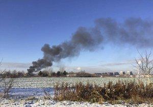 Z Dolních Měcholup se linul dým: Hořela střecha rodinného domu, hasiči evakuovali exotické ptáky
