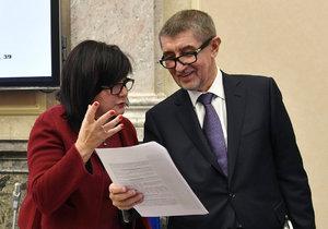 Andrej Babiš na vládě s ministryní financí Alenou Schillerovou. Oba dementovali, že chtěli vzít neziskovým organizacím v příštím roce 3 miliardy korun.