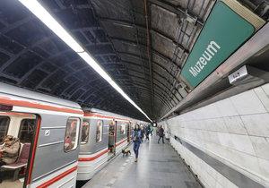 Obklady vyměňují i ve stanici metra Muzeum.