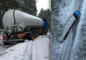 Kamion u Hostomic projel dva zákazy a skončil mimo cestu: Ledovka bránila i jeho vyproštění