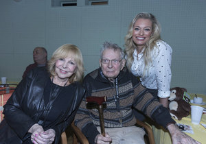 Lucie i Hanka měly radost ze setkání s Janem Skopečkem.