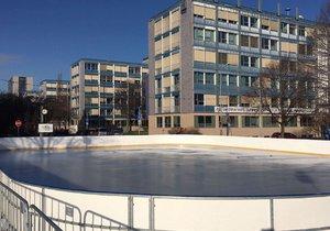 U Vítězného náměstí je pro veřejnost připraveno ledové kluziště. Fungovat bude do února.