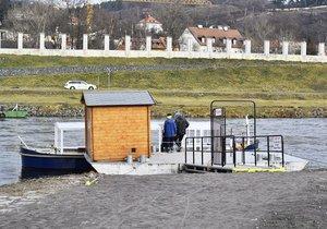 Technická závada vyřadila přívoz v Troji z provozu: Dvě hodiny nejezdil
