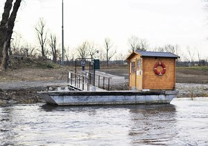 Přes řeku se dostanete díky přívozu. Ten jezdí v pravidelných intervalech.