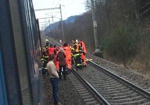 Muž vypadl z vlaku u Lanškrouna a zřejmě přišel o nohy.
