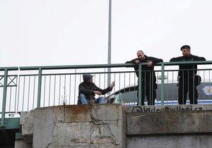 Hasiči a strážníci zasahovali na Žižkově u muže, který seděl na okraji mostu.