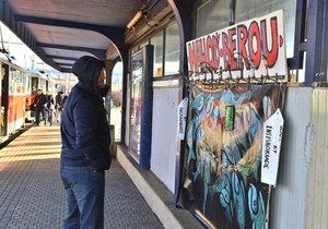 Na Vltavské fungují háčky na oblečení pro bezdomovce.