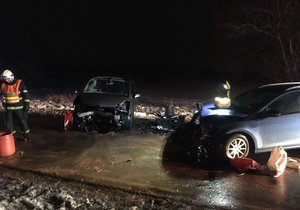 U obce Doubek u Říčan se srazila dvě auta.
