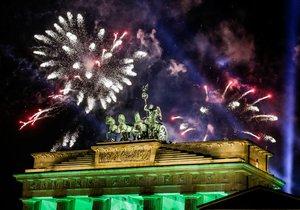 Při silvestrovských oslavách v Německu přišli o život nejméně dva lidé.